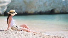 Jeune belle femme sur la plage tropicale de sable blanc Fille caucasienne ? l'arri?re-plan de chapeau la mer clips vidéos