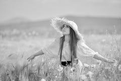 Jeune belle femme sur le gisement de céréale avec des pavots en été Photo stock