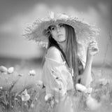 Jeune belle femme sur le gisement de céréale avec des pavots en été - b Photographie stock