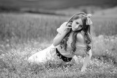 Jeune belle femme sur le gisement de céréale avec des pavots en été - b Image stock