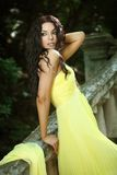 Jeune belle femme sur les escaliers Images libres de droits
