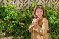 Jeune belle femme sur un fond de prairie verte Photographie stock