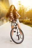 Jeune belle femme sur une bicyclette Images libres de droits