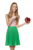 Jeune belle femme tenant la petite boîte rouge OIN de portrait de studio Photos libres de droits