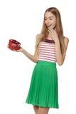 Jeune belle femme tenant la petite boîte rouge OIN de portrait de studio Photos stock
