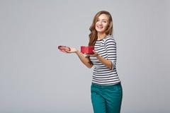 Jeune belle femme tenant la petite boîte rouge Portrait de studio dessus Images libres de droits