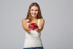 Jeune belle femme tenant la petite boîte rouge Portrait de studio dessus Photos stock
