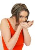 Jeune belle femme tenant les grains de café fraîchement rôtis Images libres de droits