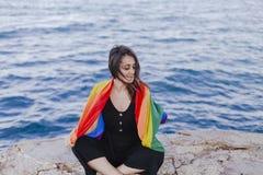 Jeune belle femme tenant un drapeau gai d'arc-en-ciel dehors MODE DE VIE un concept de fierté L'amour est amour images stock