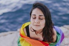 Jeune belle femme tenant un drapeau gai d'arc-en-ciel dehors MODE DE VIE un concept de fierté L'amour est amour photos libres de droits