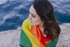 Jeune belle femme tenant un drapeau gai d'arc-en-ciel dehors MODE DE VIE un concept de fierté L'amour est amour photo stock