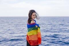 Jeune belle femme tenant un drapeau gai d'arc-en-ciel dehors MODE DE VIE un concept de fierté L'amour est amour photos stock