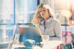 Jeune belle femme travaillant au grenier moderne de bureau Collègue à l'aide de la tablette électronique de contact sur le lieu d photographie stock libre de droits