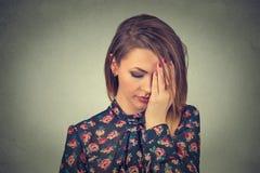 Jeune belle femme triste avec l'expression soumise à une contrainte inquiétée de visage Photo stock