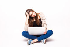 Jeune belle femme triste ayant des ennuis avec son ordinateur Photos libres de droits