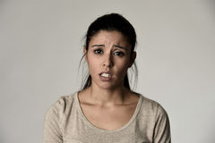 Jeune belle femme triste hispanique sérieuse et intéressée dans l'expression du visage déprimée inquiétée Photographie stock libre de droits