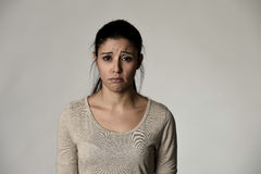 Jeune belle femme triste hispanique sérieuse et intéressée dans l'expression du visage déprimée inquiétée Photo libre de droits