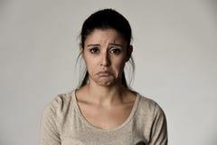 Jeune belle femme triste hispanique sérieuse et intéressée dans l'expression du visage déprimée inquiétée Photos stock