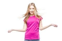 Jeune belle femme utilisant le T-shirt rose Image stock