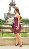 Jeune belle fille à Paris image libre de droits