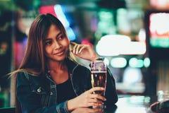Jeune belle fille adulte dans seule une bière potable de club Image libre de droits