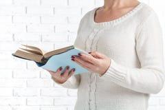 Jeune belle fille affichant un livre photos stock