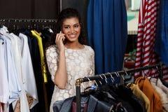 Jeune belle fille africaine parlant du téléphone dans le centre commercial Photos stock