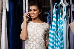 Jeune belle fille africaine parlant du téléphone dans le centre commercial Image libre de droits