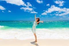 Jeune belle fille asiatique dans la robe bleue sur la plage d'un trop Image stock