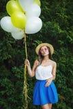 Jeune belle fille avec des baloons en parc Photographie stock libre de droits