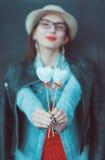 Jeune belle fille avec des coeurs de jouet extérieurs Foyer sur des coeurs Images stock