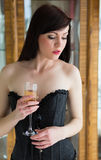 Jeune belle fille avec des verres dans le corset Images stock