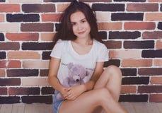 Jeune belle fille avec l'ours de nounours Photo stock