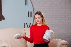 Jeune belle fille avec le boîte-cadeau de jour de valentines, déçu Photos libres de droits