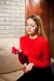 Jeune belle fille avec le cadeau d'anneau de jour de valentines dans le shap de coeur photographie stock libre de droits