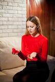 Jeune belle fille avec le cadeau d'anneau de jour de valentines dans le shap de coeur photos libres de droits