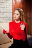 Jeune belle fille avec le cadeau d'anneau de jour de valentines dans le shap de coeur images libres de droits