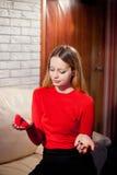 Jeune belle fille avec le cadeau d'anneau de jour de valentines dans le shap de coeur photos stock