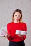 Jeune belle fille avec le cadeau de jour de valentines en BO en forme de coeur Photographie stock