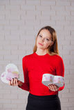 Jeune belle fille avec le cadeau de jour de valentines en BO en forme de coeur Photo libre de droits