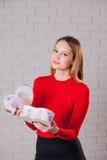 Jeune belle fille avec le cadeau de jour de valentines en BO en forme de coeur Images stock
