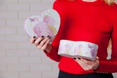 Jeune belle fille avec le cadeau de jour de valentines en BO en forme de coeur Photos libres de droits