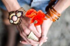 Jeune belle fille avec les fleurs rouges de pavot Images stock