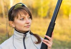 Jeune belle fille avec un fusil de chasse images stock