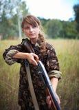 Jeune belle fille avec un fusil de chasse image stock
