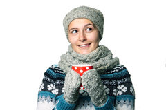 Jeune belle fille avec une tasse en portrait d'hiver de mains sur le fond blanc, copyspace Images stock