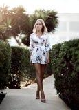 Jeune belle fille blonde posant dans la station de vacances tropicale de forêt dans le tenue décontractée blanc images stock