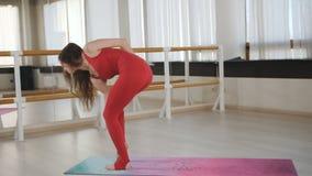 Jeune belle fille caucasienne sportive exer?ant des positions de yoga, asana indoors banque de vidéos