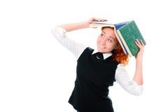 Jeune belle fille d'étudiant avec des livres sur la tête photos libres de droits