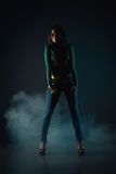 Jeune belle fille dans des jeans Photographie stock libre de droits
